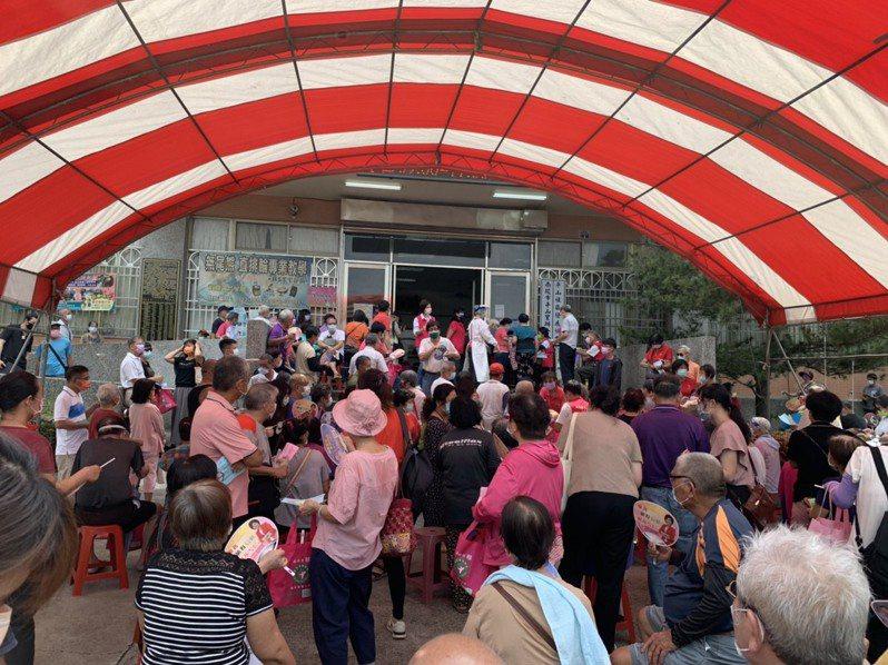 南投市平山里接種站湧入上百人,出現人潮群聚。圖/讀者提供