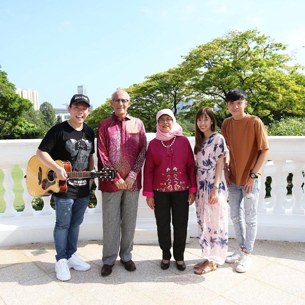 Psquare 四方行曾受邀為總統哈莉瑪(左3)及總統夫婿阿都拉(左2)獻唱。圖...