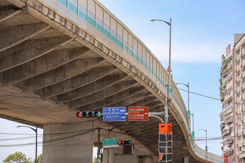 台64線八里匝道口在7月14日上午發生一起連環車禍,總計導致10車連環撞。圖/洪孟楷辦公室提供