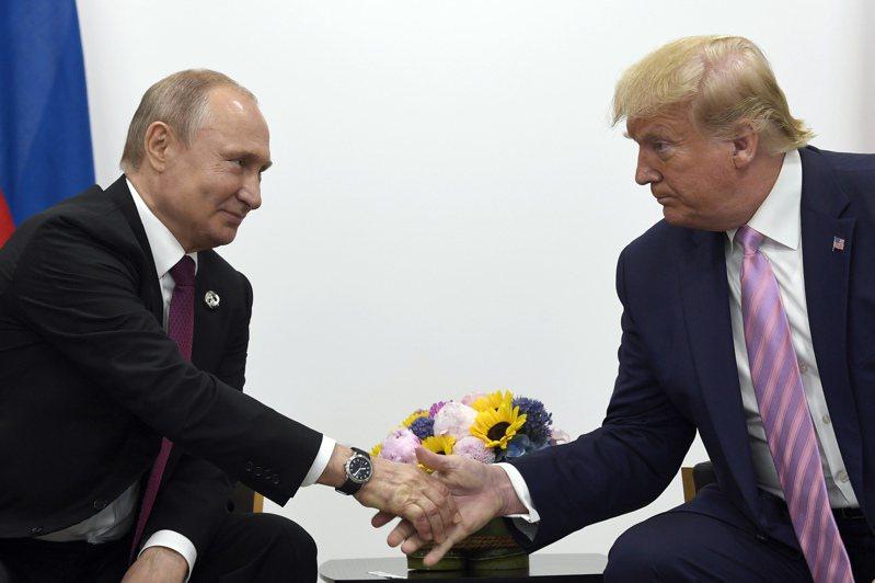 俄國總統普亭(左)和美國前總統川普(右)。美聯社