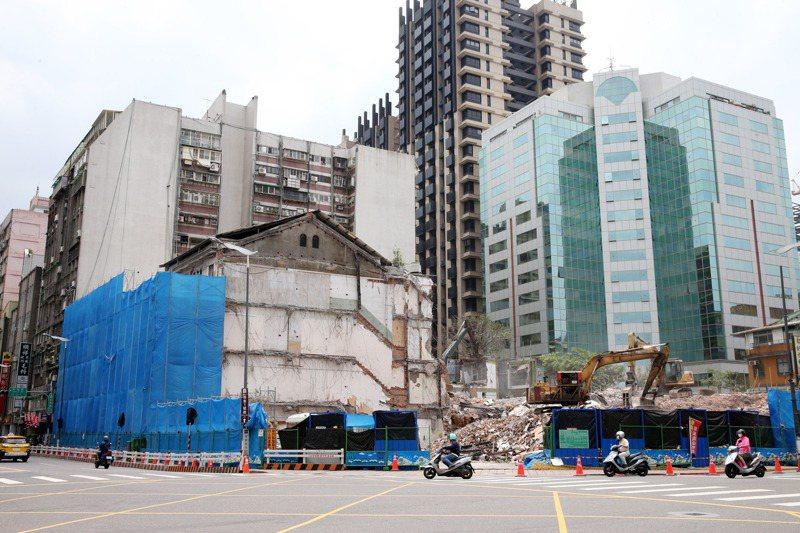 北市大稻埕南京西路有棟約70年建築「中和紡織」,月前在拆除前先割下立面,將於新大樓建成後裝上。記者邱德祥/攝影