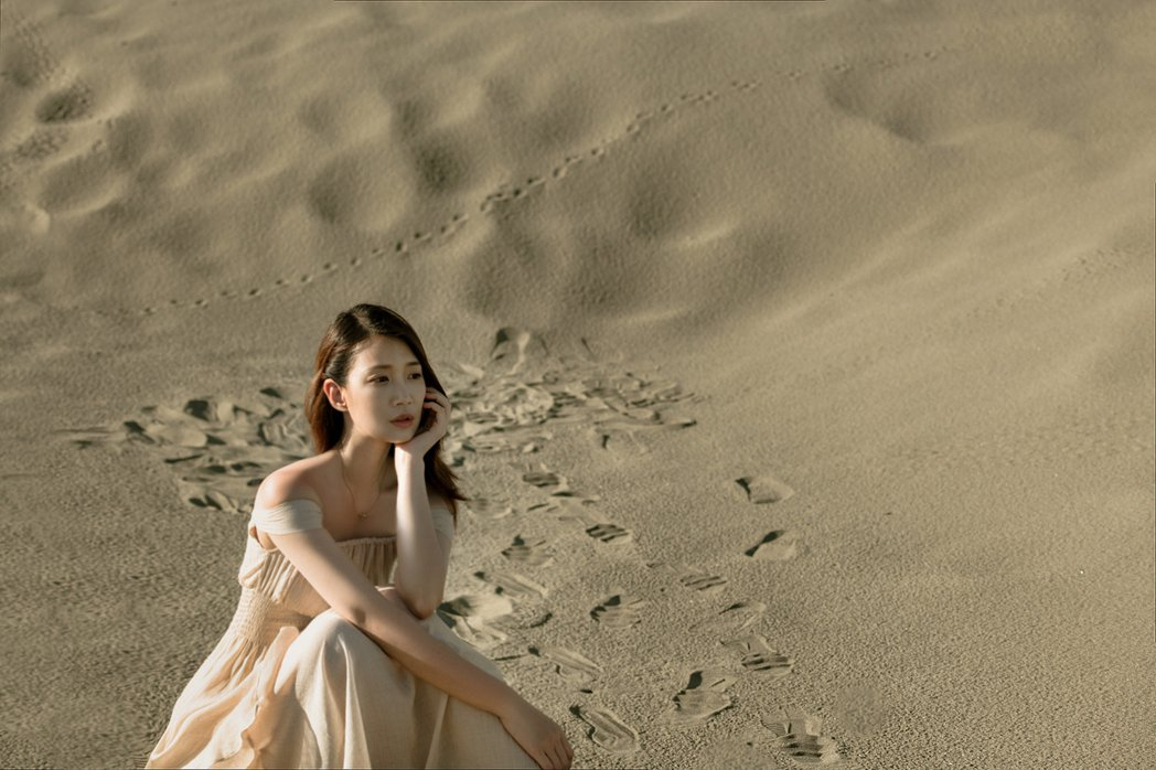 小玉兒頂高溫在台灣版「撒哈拉沙漠」中拍攝MV,拍到險暈倒。圖/齊映國際提供