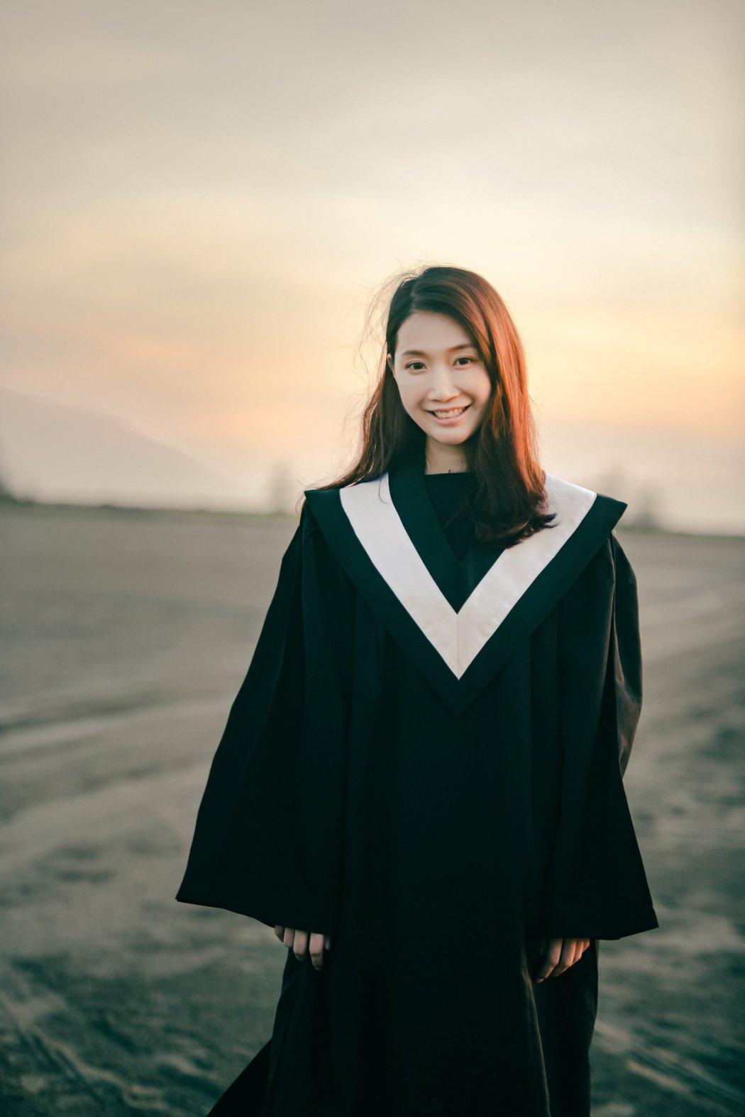 小玉兒大學畢業為省錢沒拍畢業照,MV變裝圓夢。圖/齊映國際提供