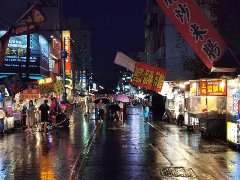 嘉義市文化路夜市今晚開始營運,但因為下雨攤商不多、逛街顧客也少。記者卜敏正/攝影