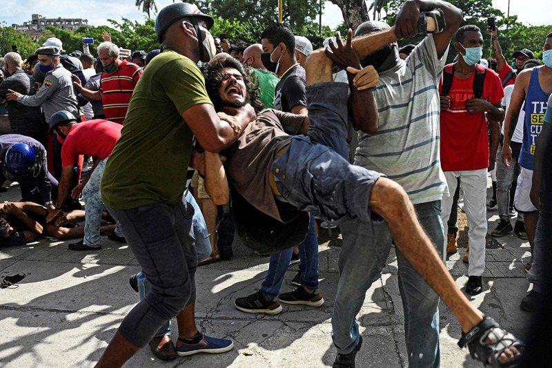 一名示威男子11日在首都哈瓦納參與反政府示威,被便衣刑警逮捕。法新社