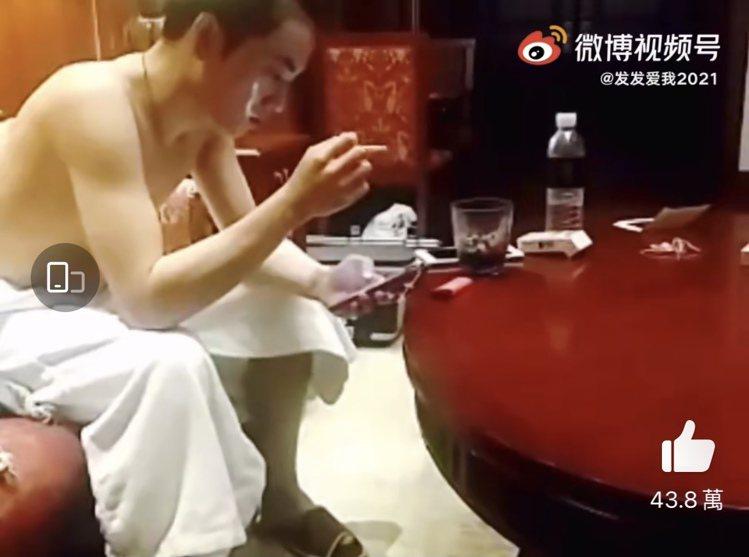 稱是華晨宇女友的網友流出稱是華晨宇沐浴後的影片。圖/摘自微博