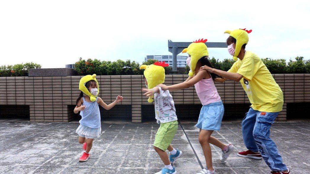 阿翔大熱天陪孩子玩老鷹抓小雞。圖/民視提供