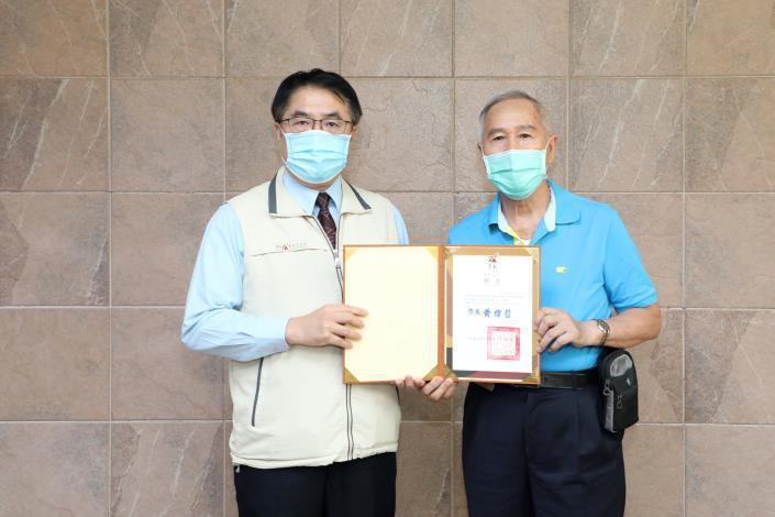 台南市長黃偉哲今天頒發聘書給中海軍艦專案諮詢小組委員。圖/台南市政府提供