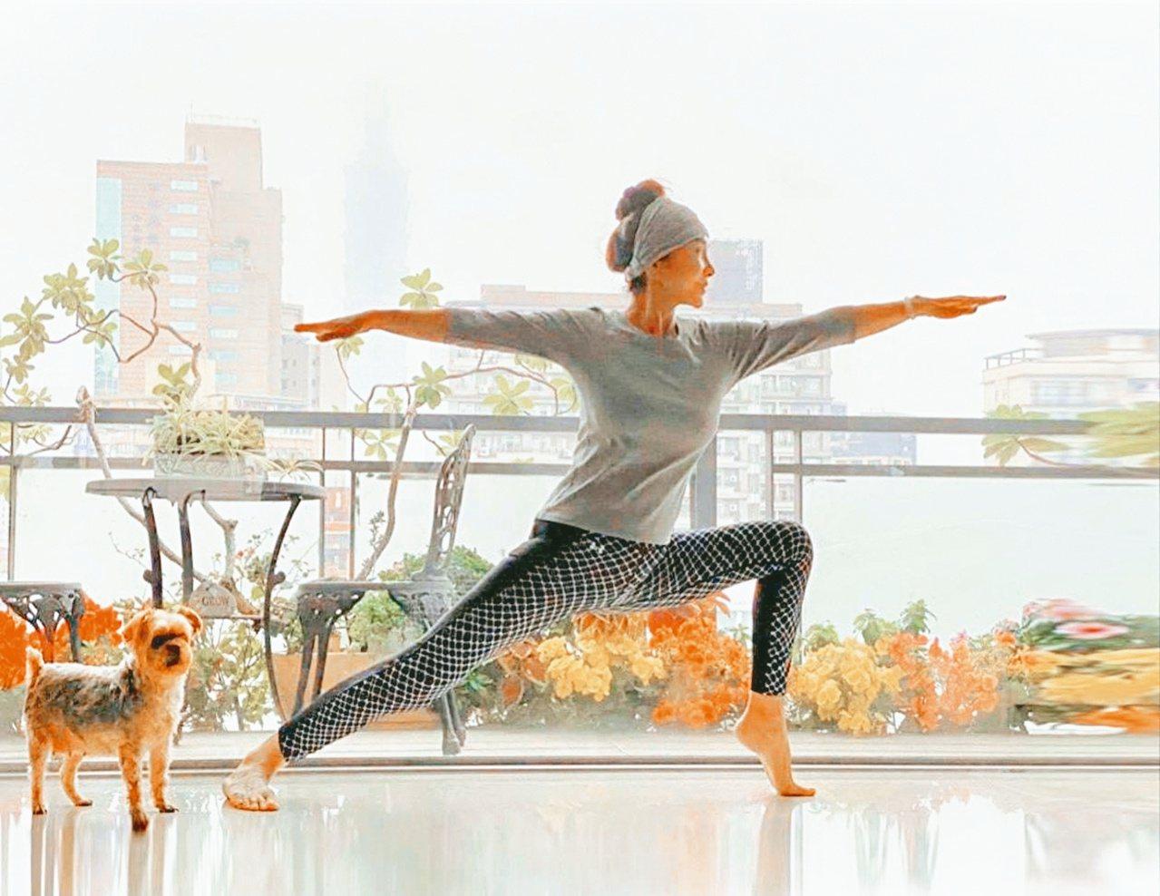 陳美鳳每周固定做瑜伽舒展筋骨。圖/摘自臉書