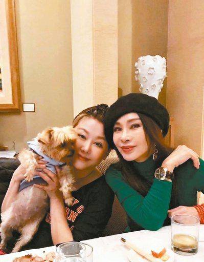 陳美鳳(右)在人生碰到難關時,都有藍心湄的相伴。圖/摘自臉書