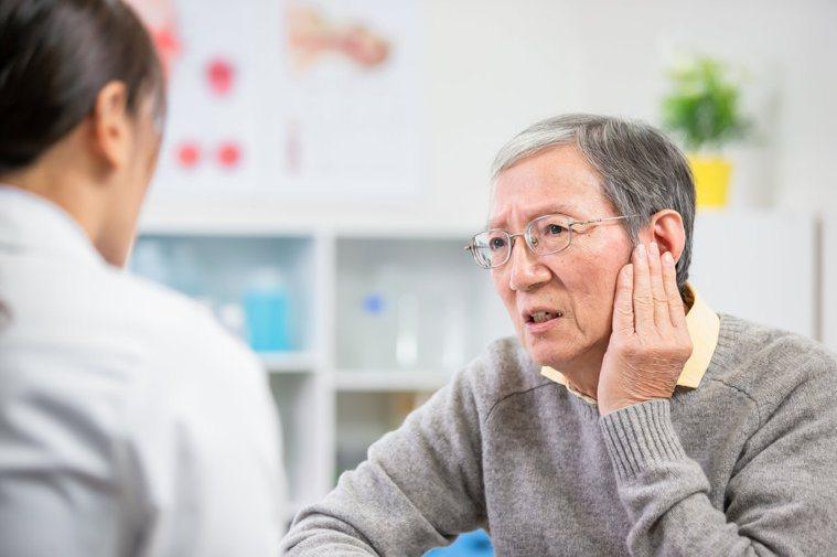 出現代償性耳鳴時,應就醫治療,必要時須戴助聽器改善,有時還可預防發生轉化性耳鳴。...