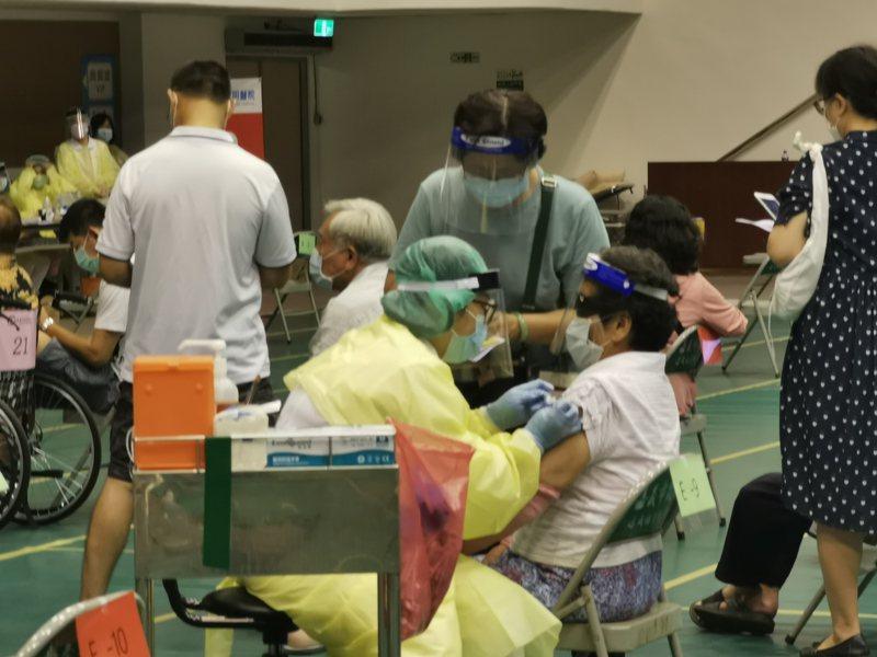 嘉義市府預估這段時間AZ疫苗有剩餘,宣布18歲以上有意施打AZ疫苗者,可就近到51間醫療院所登記,安排施打。記者卜敏正/翻攝