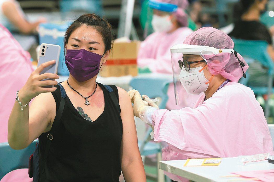 COVID-19疫苗施打意願登記與預約系統自今日14時起重新開放意願登記,請18...
