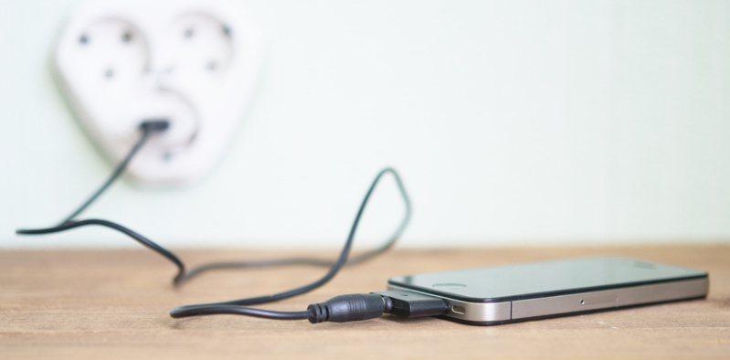 許多民眾都習慣在睡前幫手機充電,但也擔心沖了一整晚的電會使手機電池壽命減短。圖片來源/ingimage