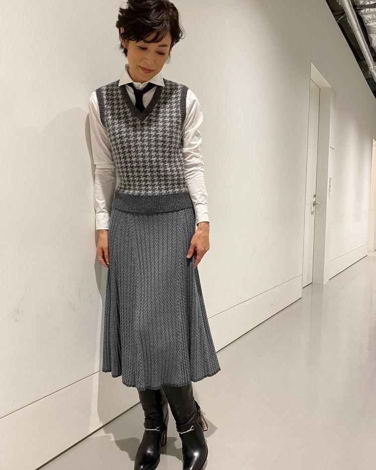 鈴木保奈美在IG放上詮釋RALPH LAUREN搭配SARTORE靴款的照片。圖...
