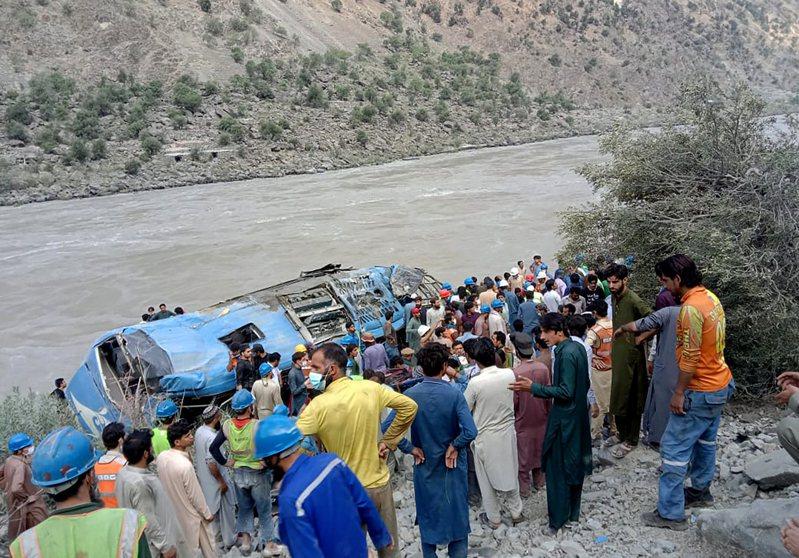 巴基斯坦一輛運輸大陸企業工作人員的班車14日發生爆炸,導致車上的大陸公民9死28傷。 美聯社