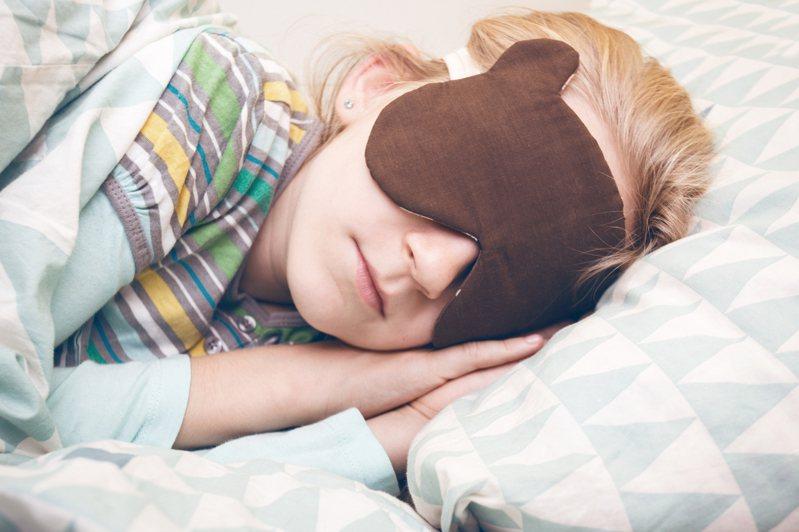 試試看躺在床上時,可以在室內留一點燈光,心中默唸:「我喜歡我自己」,或許能幫助克服失眠問題。圖片來源:Ingimage