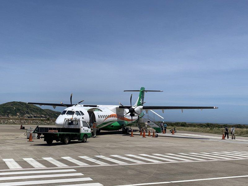 馬祖北竿機場因應防疫停航50天後,17日終於復航,共有66名乘客入境。北竿航空站表示,為保障遊客、乘客安全,北竿航空站全面進行消毒,配合飛機復航,也特別加強清消。 中央社