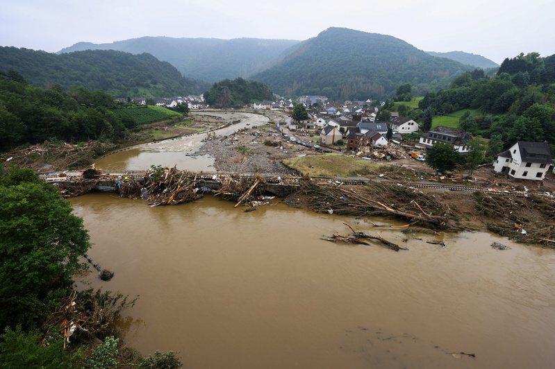 德國近日降下豪大雨引發水患成災,警方表示,德國今天累計133人死亡,歐洲合計153人喪生。 路透社