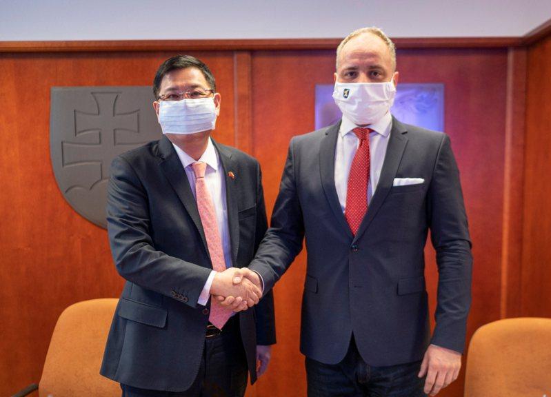 斯洛伐克因為我國去年捐70萬片口罩,將捐贈我1萬劑疫苗,圖為我駐斯洛伐克代表李南陽(左)與斯國布拉提斯拉瓦省長Juraj Droba(右)去年底參加高雄市政府捐贈口罩給斯國的視訊典禮。圖/取自駐斯洛伐克台北代表處網頁
