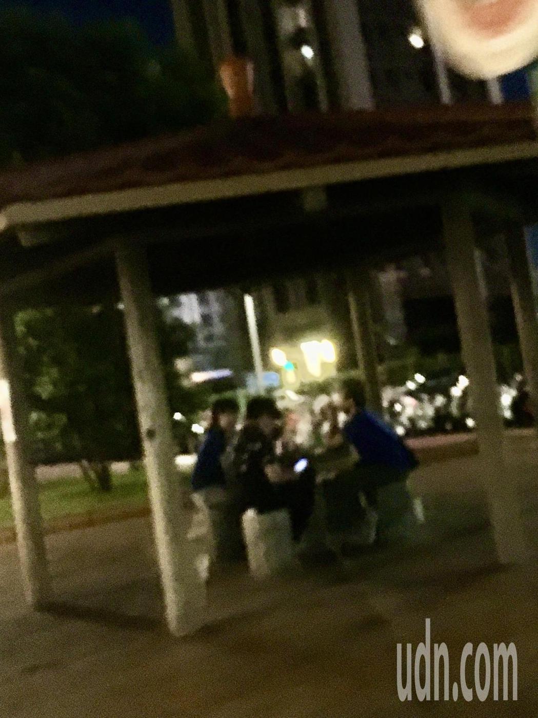 微解封首周末,許多夜市重新開張,但民眾違規吃東西的問題也跟著浮現,不少人直接在夜...