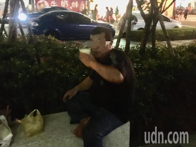 微解封首周末,許多夜市重新開張,但民眾違規吃東西的問題也跟著浮現,不少人直接在夜市外的空地拉下口罩大吃大喝。記者陳俊智/攝影