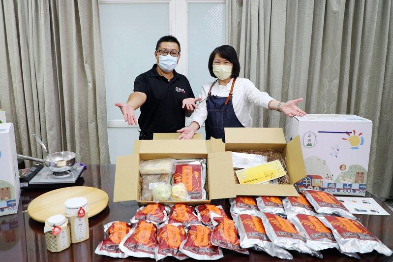嘉義市長黃敏惠(右)、嘉義市商圈文化促進協會理事長劉慶宗(左)共同行銷「家鄉嘉箱」,鼓勵民眾宅在家也能買到「嘉義好物」。記者卜敏正/翻攝