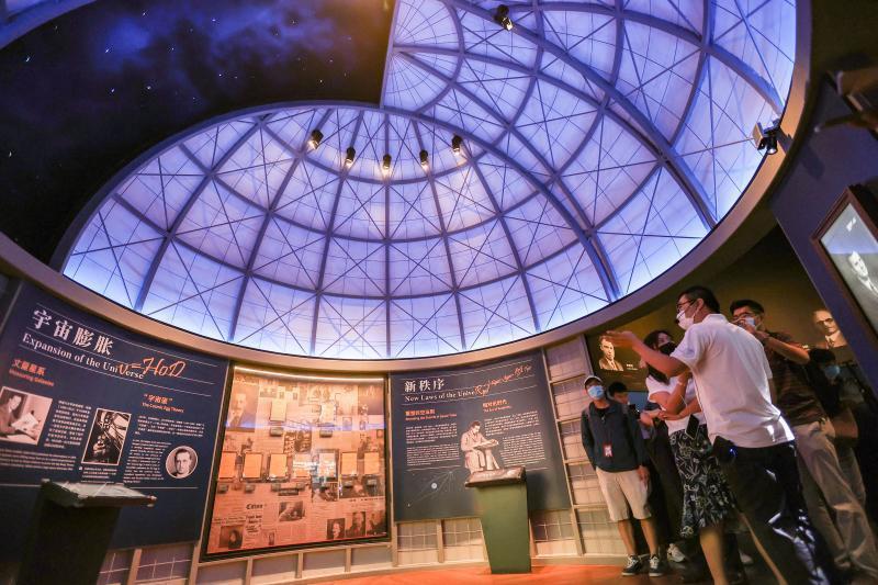 上海天文館透過300多件展品和眾多互動裝置,帶領參觀者認識宇宙奧妙。(取自《上觀新聞》)