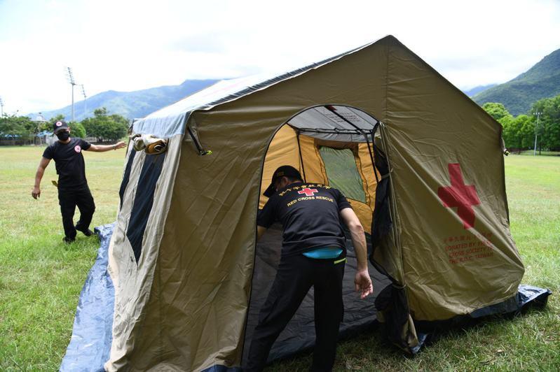 近日花蓮地震頻密,縣府在德興運動場規畫防災公園,啟動紅十字會10人帳篷等相關設備。圖/縣府提供