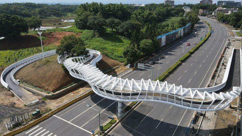 嘉義「民雄之森」景觀橋,橋長約225公尺,淨高約5公尺,斥資9,094萬元,預計今年8月底完工。圖/嘉縣建設處提供