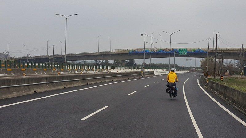 台61線西濱公路與126線路口原為平面相交,因事故頻傳,地方多年前爭取在126線施設高架橋跨越台61線改善問題。本報資料照片