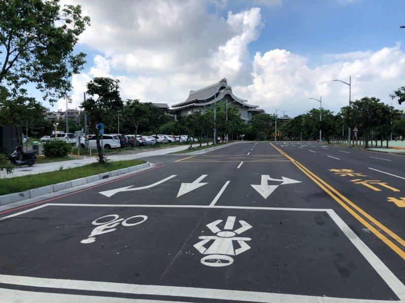 配合高雄輕軌二階工程,先行拓寬的龍德新路7月全線開放通行。記者王昭月/翻攝