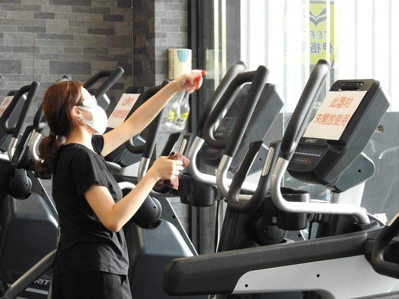 南投縣政府稽查健身房,因為微解封規定多,現場運動民眾維持個位數。圖/南投縣政府提供