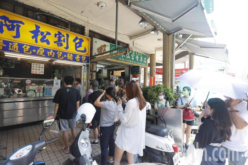 台南市中西區國華街號稱「小吃一級戰區」,今天是微解封後第一個假日,許多店家前都出現人龍。記者鄭維真/攝影