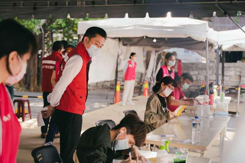 新竹市政府今天持續替線上預約AZ疫苗者接種,早上報到率99%,讓竹市疫苗涵蓋率推進到18%。圖/新竹市政府提供