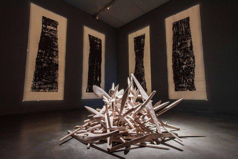 「泛.南.島藝術祭」展場中,澳洲藝術家強納森‧瓊斯呈現「無題(達拉馬林)」創作。圖/高美館提供