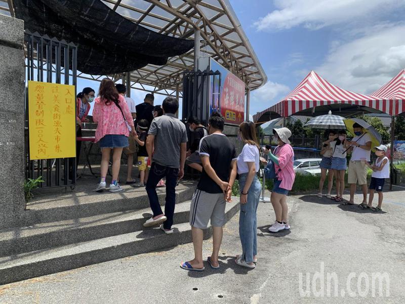 宜蘭大溪漁港現場進行總量管制。記者林佳彣/攝影