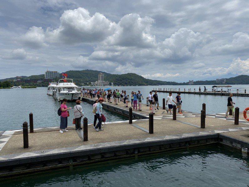 日月潭是熱門旅遊地點,但遊艇業者並未列入疫苗接種對象,讓業者擔心觀光解封後出現防疫破口。圖/本報資料照片