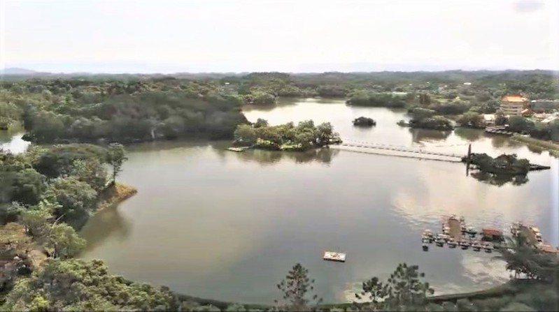 台南虎頭埤風景區連同水域有100公頃,微解封期間人少可以享受很大的空間。記者吳淑玲/翻攝