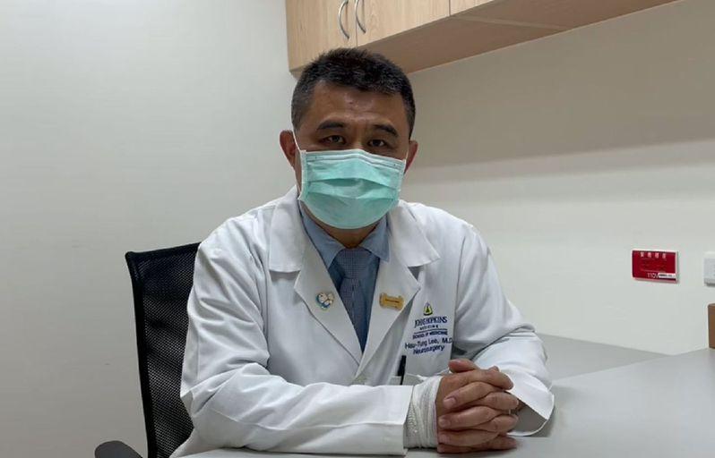 醫師李旭東說,癌症治療每延遲4周,死亡率可能增加,呼籲癌友按時就醫,也鼓勵在與醫師諮詢後接種疫苗。圖/台中榮總提供