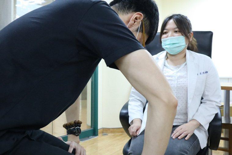 要了解自己是不是罹患肌少症,可以求助專業醫師。圖/衛福部桃園醫院提供