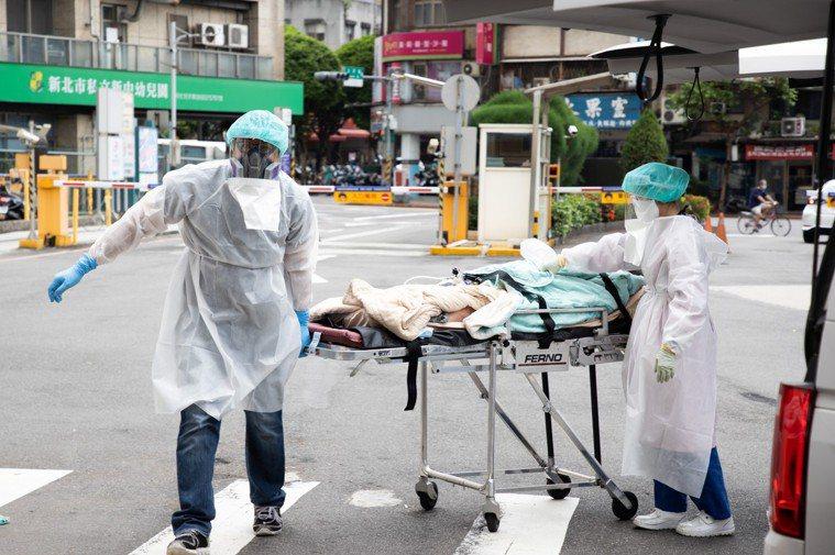 本土疫情爆發,醫療量能一度緊繃。記者季相儒/攝影