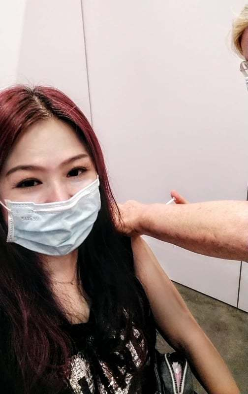 林鳳英在比利時完成疫苗注射。圖/林鳳英提供