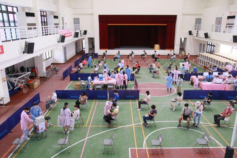 台東第一階段高中職以下共3300名教職員工今天接受疫苗接種,寶桑國中大禮堂上午就有不少老師前來接種。圖/台東縣政府提供