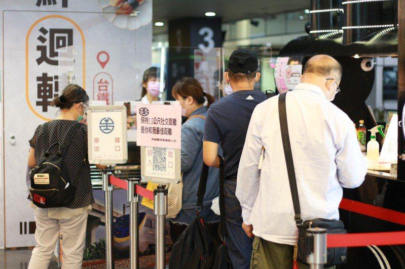 高雄左營台鐵、高鐵乘車進出站,明顯人潮增加,購買站內便當的人也變多。記者陳弘逸/攝影