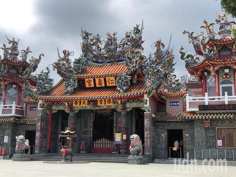微解封今天首次周休,台南各大景點冷清,歸仁仁壽宮每隔一段時間才有香客出現。記者周宗禎/攝影