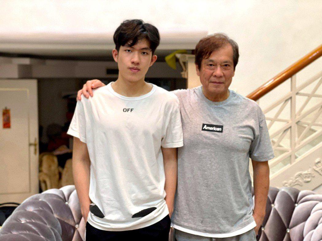 「電視教父」郭建宏(右)有子郭方儒承衣缽。圖/郭方儒提供