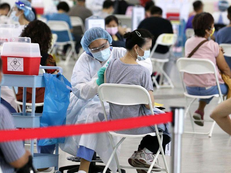高雄1名楊姓女子今天接種後全身抽搐送醫。圖非當事人。記者劉學聖/攝影