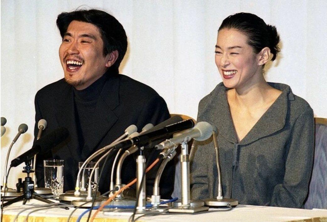 石橋貴明與鈴木保奈美在結婚記者會上笑得開心。圖/摘自Sponichi Annex