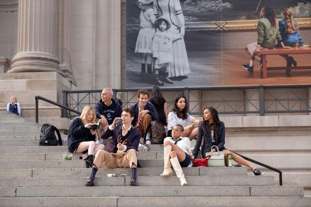 「新花邊教主」風格時尚、青春,精采程度不輸前一代。圖/HBO GO提供